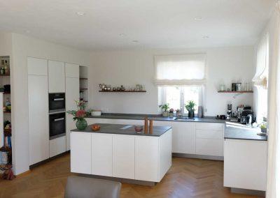 Einbauküche nach Maß mit Kücheninsel und Geräteblock