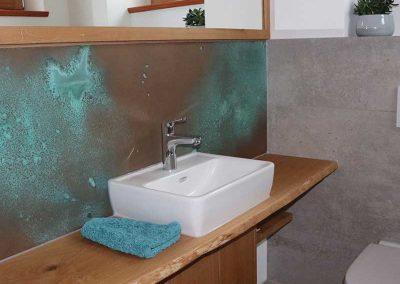 Gäste-WC,-Eiche-Waschtischplatte-mit-Baumkante,-Aufsatz-Waschbecken