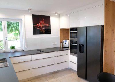 Küchenblock mit Kühlschrank und hochwertigen Einbaugeräten