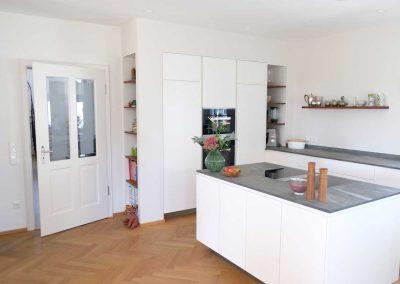 Küchenblock verbaut mit Regalen