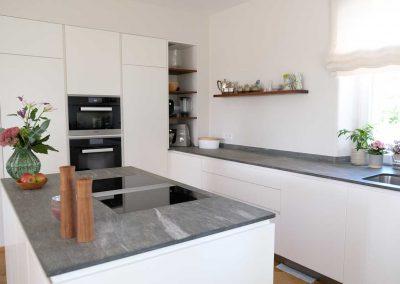 Kücheninsel mit Muldenabzug und hochwertigen Miele EInbaugeräten
