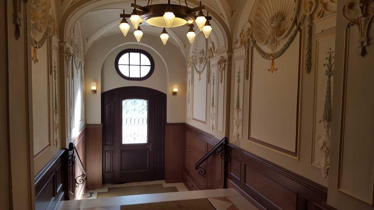 Historischer-Eingangsbereich-Wohn-und-Geschäftshaus-in-München