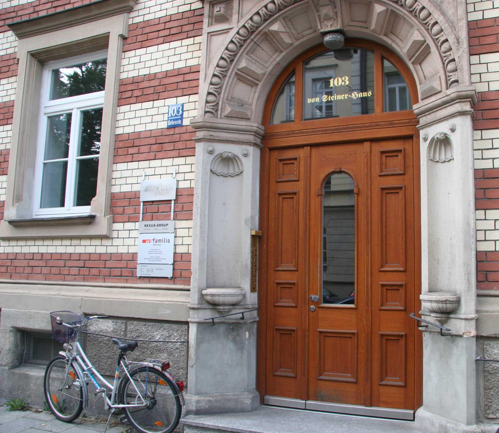 Holzhaustüre in eiche nach Historischer Anlehnung gefertigt , München Maxvorstdt Büro und Wohnhaus um 1889